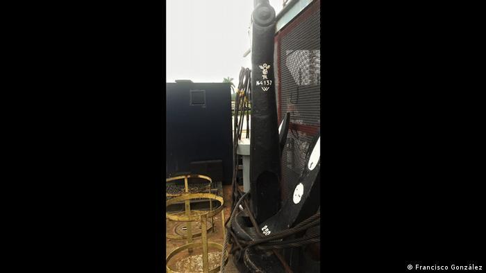 El ancla es una de las piezas originales que van quedando de la grúa. Pesa 2500 kilogramos y tiene una esvástica nazi soldada en el mango de hierro. El resto de símbolos o textos en alemán han sido borrados o reemplazados al inglés.