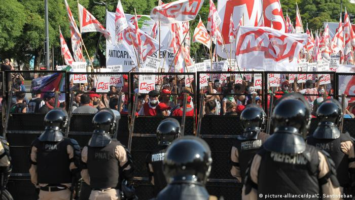 Police stand facing protesters in Buenos Aires (picture-alliance/dpa/C. Santisteban)