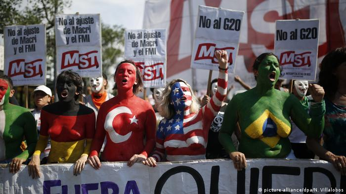 People in body paint of national flags protest the G20 (picture-alliance/dpa/N. Villalobos)