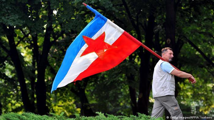 Belgrad Tito Anhänger mit Jugoslawien Fahne (Getty Images/AFP/A. Isakovic)