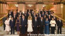 HANDOUT - 30.11.2018, Argentinien, Buenos Aires: Die Teilnehmer des G20-Gipfels und ihre Ehepartner posieren für ein Familienfoto vor dem offiziellen Abendessen im Teatro Colon. In der ersten Reihe stehen Akie Abe (l-r), Shinzo Abe, Premierminister von Japan, Melania Trump, Donald Trump, Präsident der USA, Juliana Awada, Frau des argentinischen Präsidenten, Mauricio Macri, Präsident von Argentinien, Xi Jinping, Präsident der Volksrepublik China, seine Frau, Peng Liyuan, Angela Merkel, Kanzlerin der Bundesrepublik Deutschland, und Wladimir Putin, Präsident von Russland. (Wiederholung mit ergänzten Namen) Foto: -/G20/dpa +++ dpa-Bildfunk +++   Verwendung weltweit
