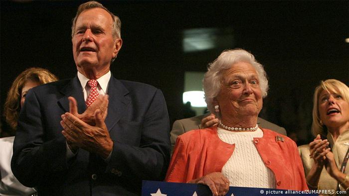 George H. W. Bush mit Ehefrau Barbara 2004 (picture alliance/ZUMAPRESS.com)