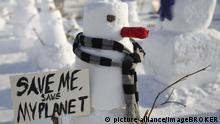 Demonstration von Schneemännern gegen den Klimawandel auf dem Schlossplatz in Berlin, Deutschland, Europa | Verwendung weltweit, Keine Weitergabe an Wiederverkäufer.