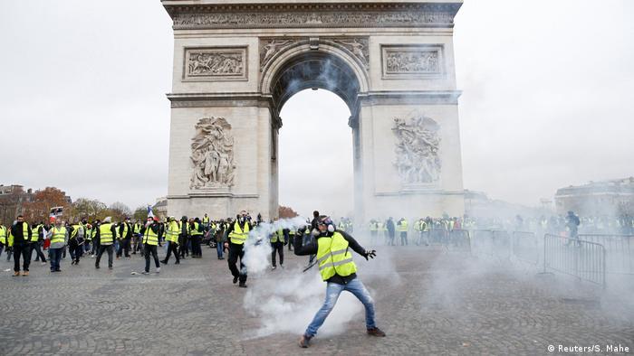 Protestler vor dem Arc de Triomphe