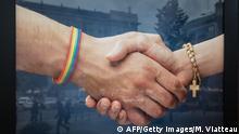 Symbolbild Katholische Kirche Homosexuelle Plakat Polen (AFP/Getty Images/M. Viatteau)