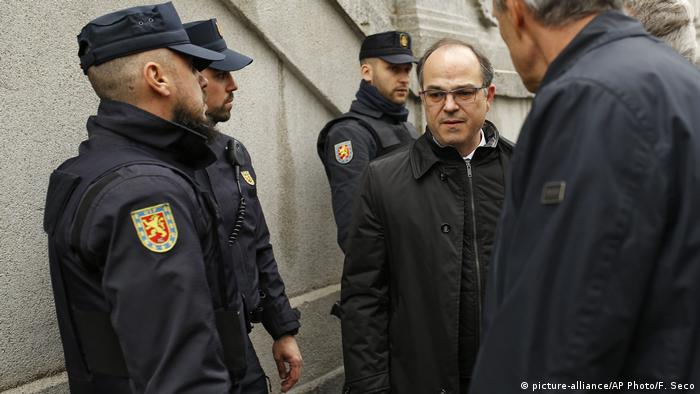 Jordi Turull walks past Spanish police