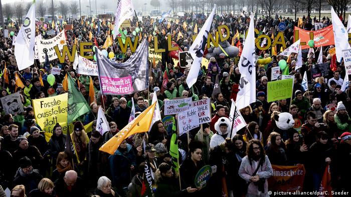 Deutschland Demonstration - Kohle Stoppen - Klimaschutz jetzt in Berlin (picture-alliance/dpa/C. Soeder)