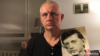 Ο Μάρεκ Λιζίνσκι κρατά τη φωτογραφία του ως 13χρονου όταν κακοποιούνταν από τον παπά