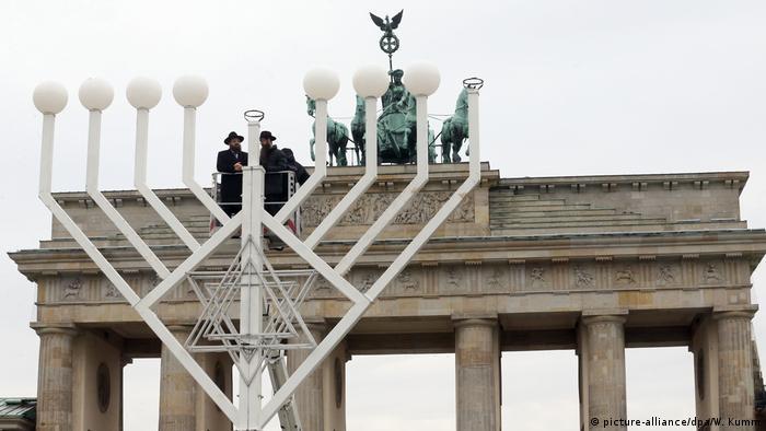 Deutschland Aufstellung des achtarmigen Chanukka-Leuchters vor dem Brandenburger Tor