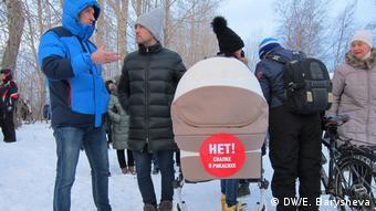 Наклейка на детской коляске против свалки