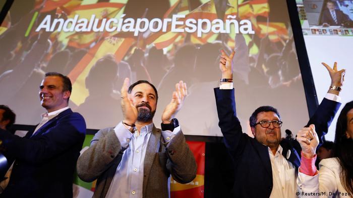 Líder do partido ultradireitista Vox Santiago de Abascal (c) e o candidato regional Francisco Serrano (dir.) comemoram êxito eleitoral em Andaluzia