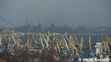 Picturе 1 - View of Mariupol port and Azovstal steelworks in background ++++ Foto: DW Korrespondent Nicholas Connolly