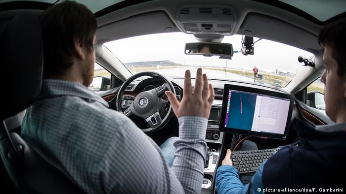 Ein Fahrer lässt das Lenkrad los (Foto: picture-alliance)