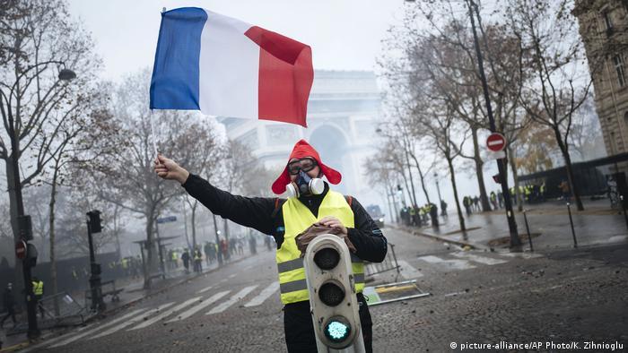 Yellow vest protests in Paris (picture-alliance/AP Photo/K. Zihnioglu)