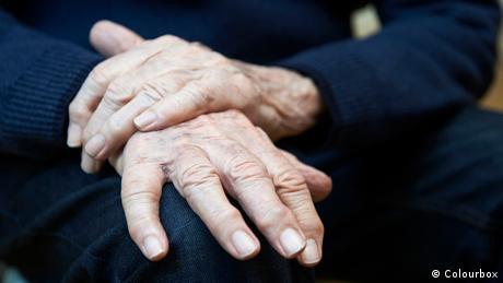 Die Hände eines alten Mannes, der unter Parkinson leidet