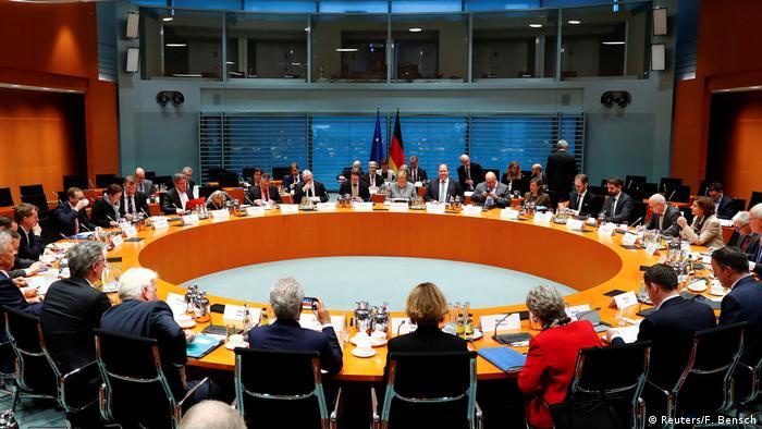 Deutschland Berlin Dieselgipfel im Bundeskanzleramt   Angela Merkel & Bürgermeister