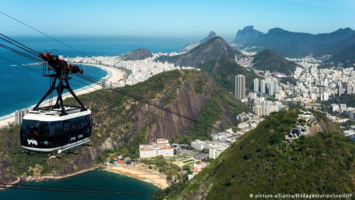 El llamado bondinho, conduce desde la ciudad hasta el famoso cerro de Pan de Azúcar. Con una capacidad para 65 pasajeros, el viaje en góndola dura tres minutos. Inaugurado en 1912, es utilizado principalmente por turistas.