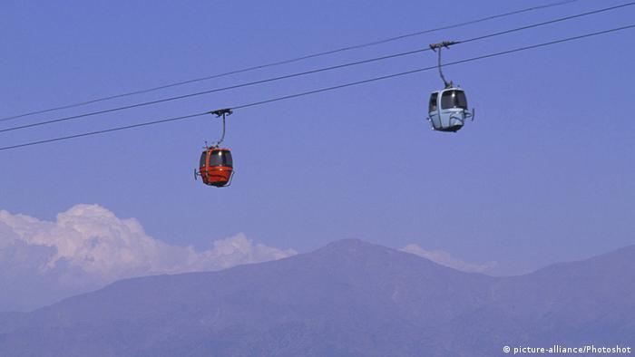 El teleférico de Santiago de Chile está ubicado en el parque de la ciudad de Cerro San Cristóbal. Fue inaugurado en 1980 y cuenta con 47 cabinas. En 20 minutos recorre 4,8 km.