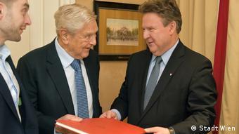 Ο Τζορτζ Σόρος (αρ.) συναντά τον δήμαρχο Βιέννης Μίχαελ Λούτβιχ