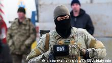 DONETSK REGION, UKRAINE - DECEMBER 27, 2017: An employee of the Security Service of Ukraine (SBU) seen during an exchange of war prisoners between the Ukrainian Government and the Lugansk People's Republic by the Mayorsk checkpoint near the city of Horlivka on the line of contact. 74 servicemen of the Lugansk People's Republic were swapped for 16 Ukrainian soldiers. Valery Matytsin/TASS Foto: Valery Matytsin/TASS/dpa |