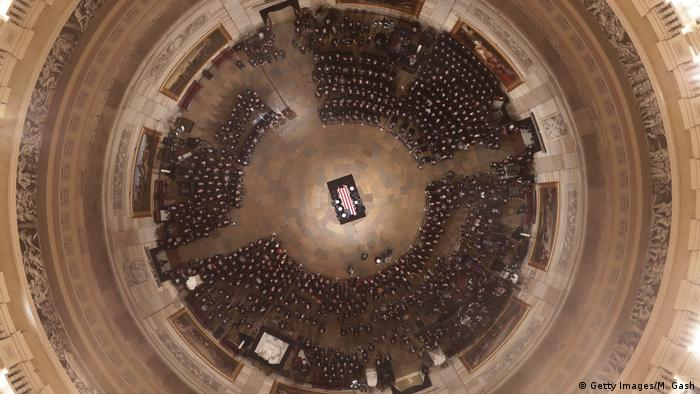 A military honor guard team carries the casket of former U.S. President George H.W. Bush into the U.S Capitol on December 03, 2018 in Washington, DC (Getty Images/M. Gash)