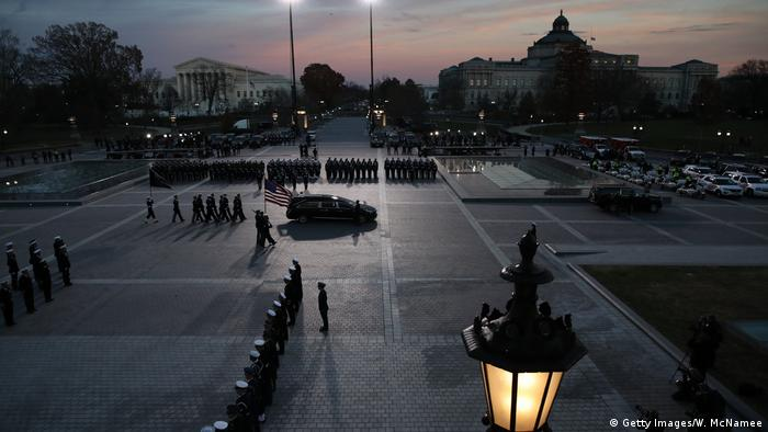 Hearse carrying George Bush's casket makes its way through Washington, DC (Getty Images/W. McNamee)