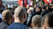 ARCHIV - Rechtsextremisten haben sich am 05.09.2009 in Dortmund zu einer Kundgebung versammelt. Bei erneuten Protesten erwartet die Polizei am 08.10.2016 in Dortmund zahlreiche gewaltbereite Demonstranten aus dem rechts- und linksextremen Spektrum. Foto: Bernd Thissen/dpa (zu dpa «Polizei in Alarmbereitschaft:Hooligans demonstrieren in Dortmund» vom 08.10.2016) +++(c) dpa - Bildfunk+++ | Verwendung weltweit