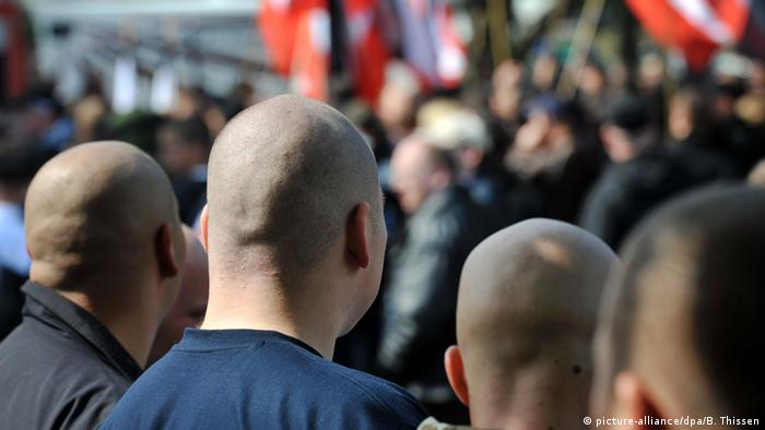 View from behind of a group of skinheads at a march in Dortmund (picture-alliance/dpa/B. Thissen)