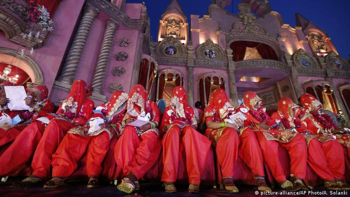 BdTD Indien Massenhochzeit (picture-alliance/AP Photo/A. Solanki)