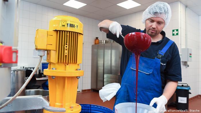 Сотрудник фирмы Kryolan в Берлине разливает кровь для фильмов