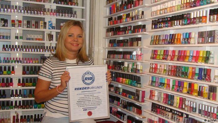 Каролин Горра с гордостью демонстрирует официальное свидетельство о том, что ее коллекция - крупнейшая в мире