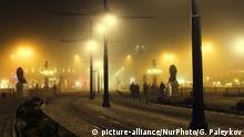 People crossing Lion's bridge during a dense fog in Sofia, Bulgaria on December 28, 2015 (Photo by Georgi Paleykov/NurPhoto) | Keine Weitergabe an Wiederverkäufer.