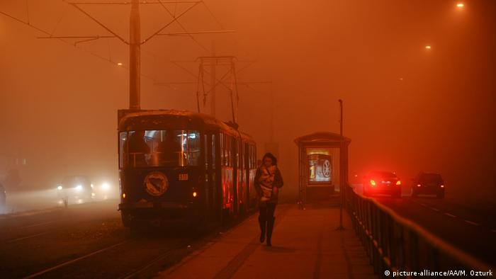 От дни босненската столица Сараево е потънала в смог. Видимостта е необичайно ниска. Замърсяването на въздуха се дължи не само на натоварения транспортен трафик, а и на това, че много жители на града се отопляват с въглища. Зимно време положението е особено критично.