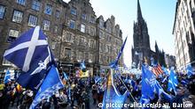06.10.2018, Großbritannien, Edinburgh: Unterstützer für die Unabhängigkeit Schottlands nehmen am All Under One Marsch teil. Foto: Jane Barlow/PA Wire/dpa +++ dpa-Bildfunk +++ |