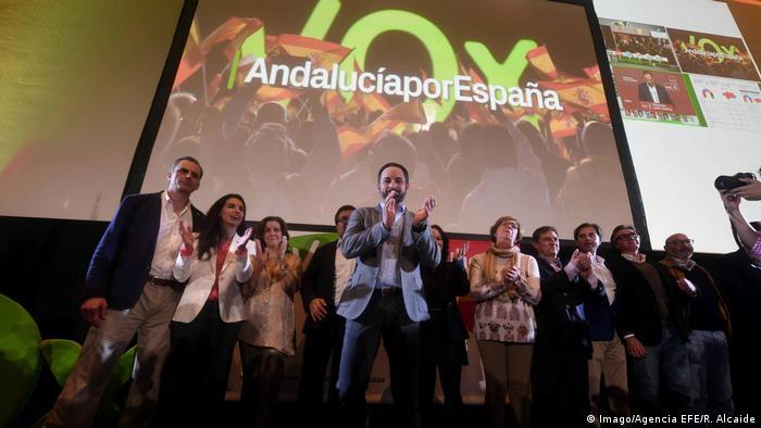 این نخستین بار از زمان مرگ فرانکو، دیکتاتور اسپانیا، در سال ۱۹۷۵ و استقرار دمکراسی در این کشور است که اسپانیاییها با حضور یک حزب راستگرای افراطی در صحنه سیاسی روبرو میشوند. حزب ضد مهاجران ووکس به پارلمانی محلی در این کشور راه پیدا کرده است. ووکس که در سال ۲۰۱۳ تاسیس شد، روز یکشنبه دوم دسامبر در انتخابات محلی استان اندلس حدود ۱۱ درصد آرا را کسب کرد.