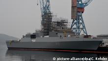 Eine für die Marine von Algerien bestimmte Fregatte liegt 12.02.2015 an der Werft von ThyssenKrupp Marine Systems (TKMS) in Kiel (Schleswig-Holstein). Foto: Carsten Rehder/dpa   Verwendung weltweit