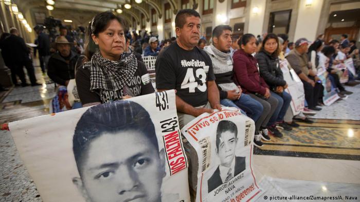 Conferencia de prensa mañanera del presidente Andrés Manuel López Obrador, con la presencia de los padres de los estudiantes desaparecidos.