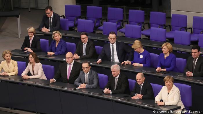 Bundeskabinett Regierungsbank CDU CSU SPD (picture-alliance/dpa/M.Kappeler)
