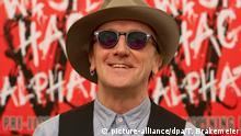 ARCHIV - 28.10.2013, Berlin: Der Musiker und Schauspieler Marius Müller-Westernhagen lächelt. Am 06.12.2018 feiert Westernhagen seinen 70. Geburtstag. (zu dpa Alphatier» und «Sexy» - Marius Müller-Westernhagen wird 70 vom 30.11.2018) Foto: Tim Brakemeier/dpa +++ dpa-Bildfunk +++ | Verwendung weltweit
