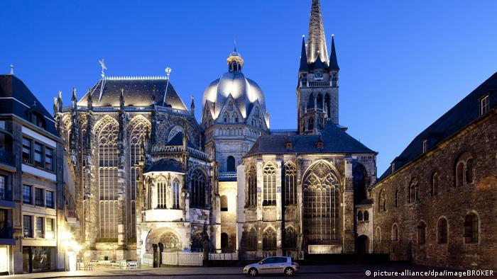 Aachen Cathedral by night (picture-alliance/dpa/imageBROKER)