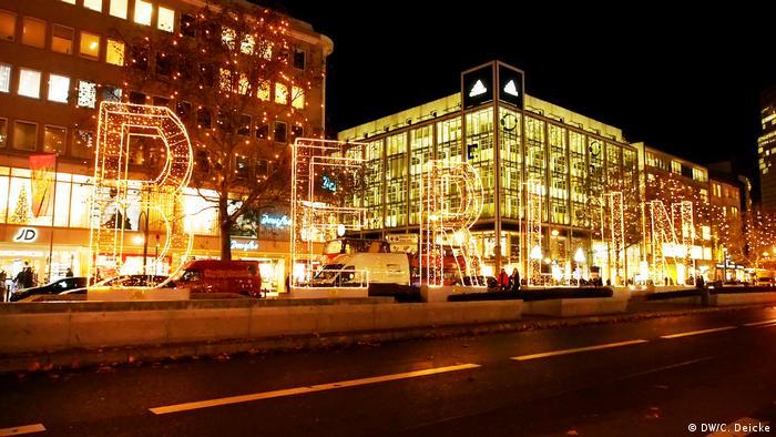 Deutschland Weihnachtliches Berlin Tauentzientraße (DW/C. Deicke)