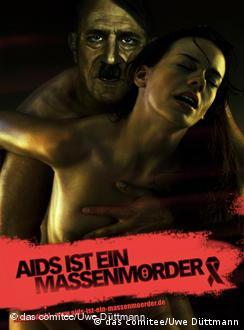 «СНІД – масовий убивця» - підпис під плакатом із зображенням імітованого статевого акту за участі Гітлера.