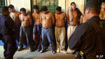 Jugendliche Bandenmitglieder einer Mara in El Salvador