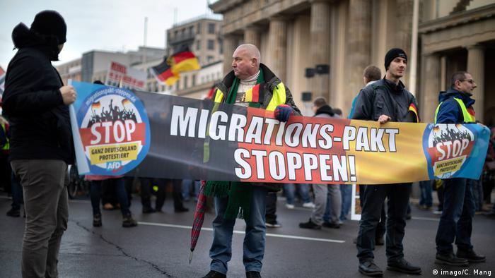 Deutschland   Rechte Kundgebung gegen den Migrationspakt in Berlin (imago/C. Mang)