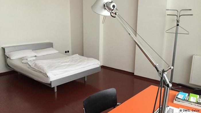A simply furnished guest room at Bauhaus Dessau (DW/S. Oelze)