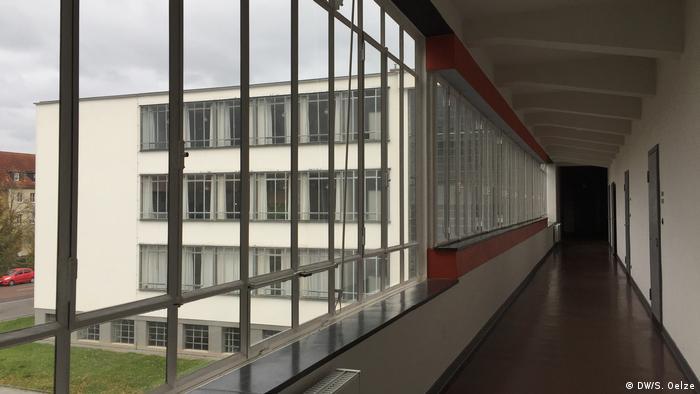 Blick in einen Flur, von dem Büroräume abgehen im Bauhaus (DW/S. Oelze)