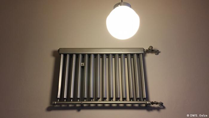 A heater on the hall beneath a lamp (DW/S. Oelze)