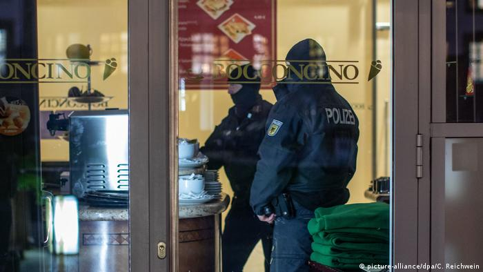 Police officers in ice cream parlor in Duisburg (picture-alliance/dpa/C. Reichwein)
