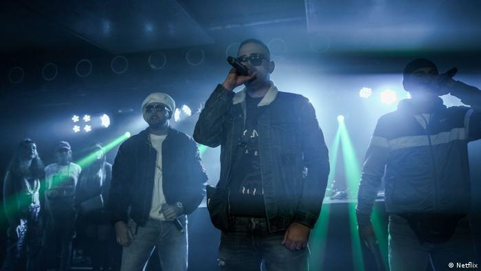 Cena da série Dogs of Berlin (Cães de Berlim) mostra apresentação de rap em clube da capital