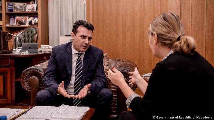 Der mazedonische Ministerpräsident Zoran Zaev im Gespräch mit der DW-Korrespondentin Katerina Blazevska